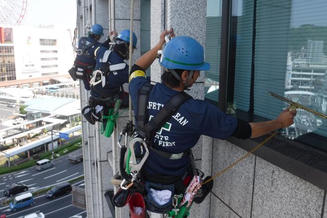 高層ビル窓ガラス清掃